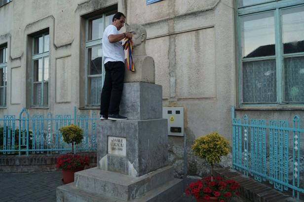 ilie pe statuie