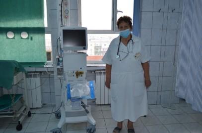 Dr. Petkes Eva, șeful Compartimentului ATI, prezentând noul aparat de ventilație