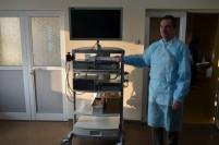 Dr. Dragoș Ciprian, șeful secției Chirurgie, prezentând noua trusă laparoscopică