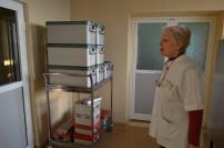 Managerul Elisabeta Raț prezentând noua stație de sterilizare